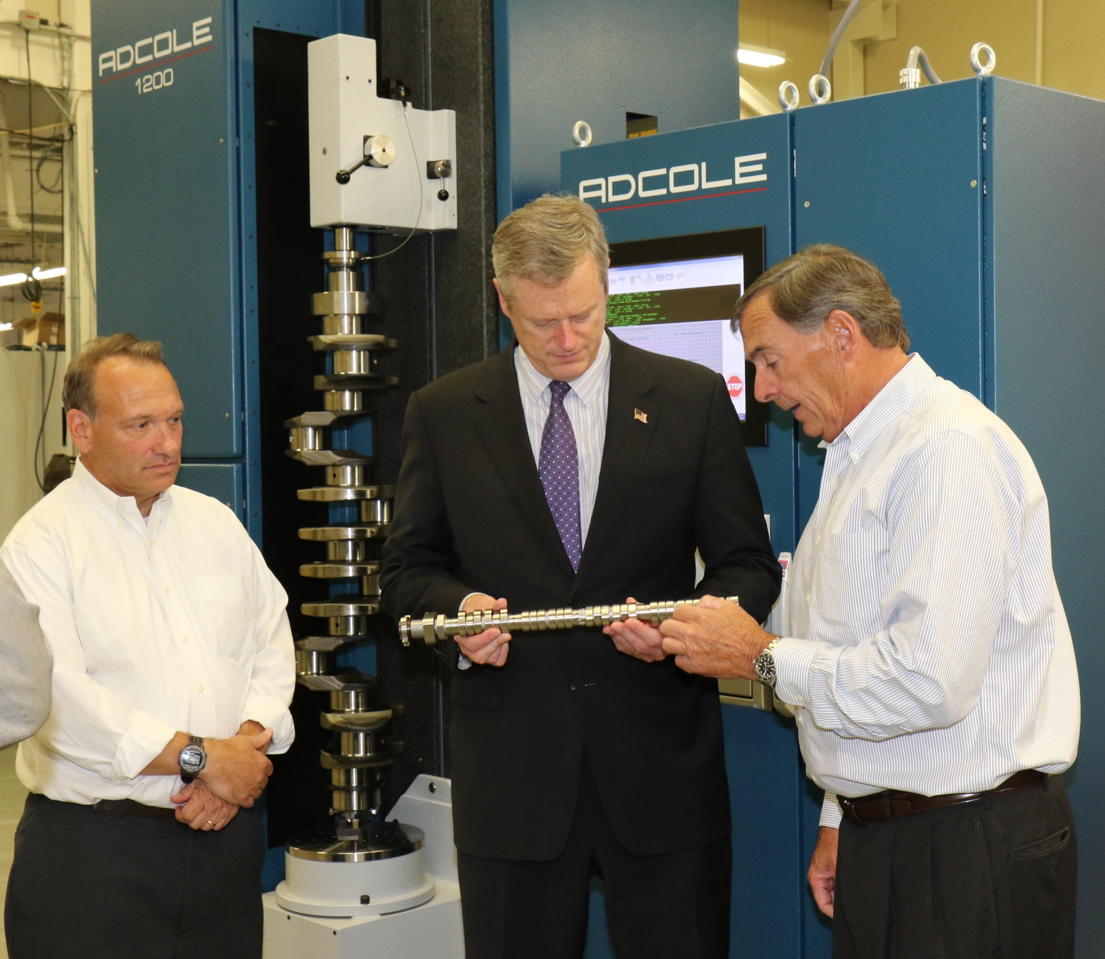 知事Baker、Adcole Corporationを訪問し、従業員の開発に対する企業のコミットメントを認識